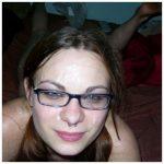 Femme à lunettes pour jouer à la secrétaire cochonne en plan cul